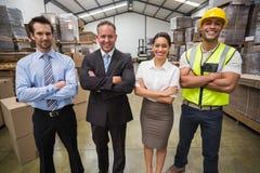 Équipe d'entrepôt souriant à l'appareil-photo Photos libres de droits
