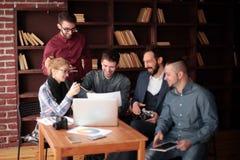 ?quipe de concepteurs discutant un nouveau projet de publicit? photographie stock