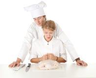 Équipe de cuisiniers préparant le poulet cru Image libre de droits