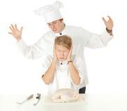 Équipe de cuisiniers préparant le poulet cru Image stock