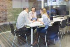Équipe de démarrage d'affaires lors de la réunion, fonctionnement sur des élém. Photo stock