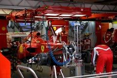 Équipe de Ferrari préparant le véhicule de Felipe Massaâs Photographie stock