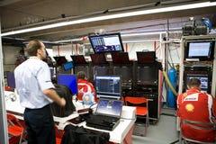 Équipe de Ferrari préparant le véhicule de Felipe Massaâs Image stock