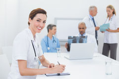 Équipe de médecins Working Together Images stock