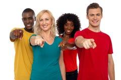Équipe des adolescents de sourire indiquant à vous Images libres de droits