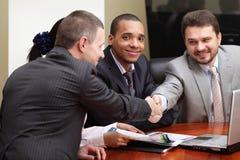 Équipe ethnique multi d'affaires lors d'un contact Image stock