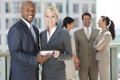 Équipe interraciale d'affaires avec l'ordinateur de tablette Images libres de droits