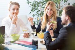 Équipe mangeant le déjeuner d'affaires Photo stock