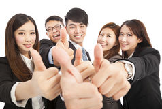 Équipe réussie heureuse d'affaires avec des pouces  Photographie stock