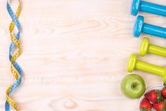 Équipement de forme physique sur le fond en bois Photographie stock libre de droits