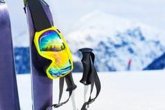 Équipement de ski avec le masque et les polles de cieux Image stock