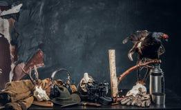 ?quipement et trophys de chasseurs sur une table Photo de studio sur un fond fonc? de mur photos stock