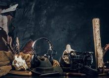 ?quipement et trophys de chasseurs sur une table Photo de studio sur un fond fonc? de mur photo stock