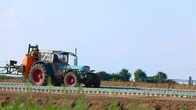 ?quipement pour l'irrigation des champs agricoles Machine de pulv?risation arrosant le champ agricole irrigation agricole banque de vidéos