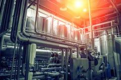 ?quipement, r?servoirs ou r?servoirs et tuyaux et canalisations de brassage d'acier inoxydable dans l'usine moderne de bi?re Conc photo libre de droits