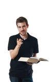Équipez afficher un livre et diriger son doigt Photographie stock libre de droits