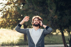 Équipez apprécier la lumière du soleil dans le psrk, l'espace libre Photo libre de droits