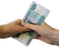 ?quipez compter l'argent, le concept d'?conomie, affectation d'argent Mains donnant l'argent d'isolement sur le fond blanc images stock
