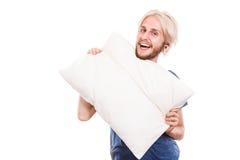 Équipez jouer avec des oreillers, bon concept de sommeil Image stock
