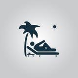 Équipez la détente sur une chaise de plate-forme sous le palmier Photographie stock libre de droits