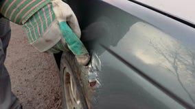 Équipez la main du ` s sur l'amortisseur rouillé de voiture banque de vidéos