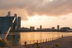 Équipez la marche sur la promenade dans le soleil de soirée avec l'horizon de Photo libre de droits