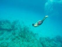 Équipez la plongée dans la mer bleue Photographie stock