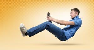 Équipez le conducteur de voiture avec une roue, concept jaune de taxi Images stock