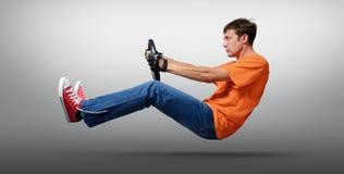 Équipez le conducteur de voiture dans enfilé de gants avec une roue, concept automatique Photos stock
