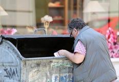Équipez le creusement dans une poubelle Images libres de droits