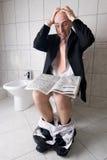 Équipez le relevé sur la toilette Photo stock