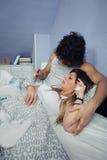 Équipez montrer la température de la femme malade dans le thermomètre Photo libre de droits