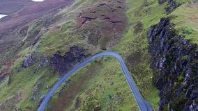 Quiraing山口路的鸟瞰图在日出期间的在Meall na Suiramach,斯凯小岛的东部面孔  股票视频