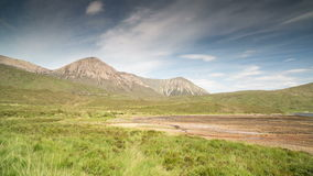 Quiraingswaaier van bergen in eiland van skye stock footage