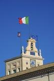 Quirinal kulleclocktower och italiensk flagga Arkivfoton