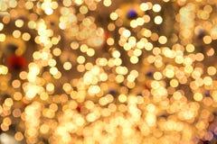 Quirlandes électriques de beau Noël jaune dans le DOF peu profond Photo libre de droits