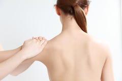 Quiroterapia dos receves da jovem mulher Fotografia de Stock