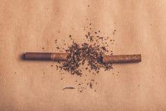 Quit抽烟的概念,打破的香烟顶视图 库存图片