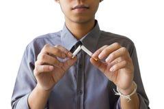Quit fumant, mains humaines cassant la cigarette sur l'isolat image stock