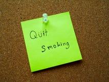 Quit que fuma en nota de post-it Imagen de archivo libre de regalías