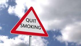 Quit rauchendes Zeichen gegen blauen Himmel lizenzfreie abbildung