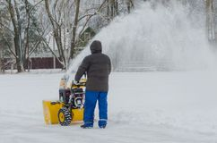 Quita la quitanieves del trabajador de la nieve Fotos de archivo libres de regalías
