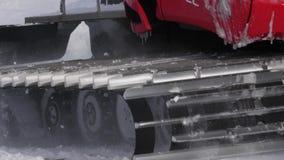 Quitanieves de la cámara lenta con nieve metrajes