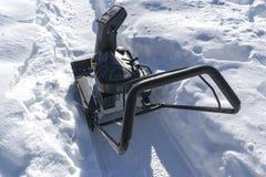 Quitanieves en el trabajo sobre un día de invierno Quitanieves que quita nieve después de ventisca Vaciamiento del hielo Máquina  Foto de archivo
