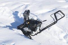 Quitanieves en el trabajo sobre un día de invierno Quitanieves que quita nieve después de ventisca Vaciamiento del hielo Máquina  Imagenes de archivo