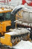 Quitanieves en la acción (que nieva en la misma hora) Foto de archivo libre de regalías
