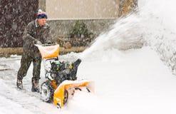 Quitanieves en una tormenta de la nieve Imagen de archivo