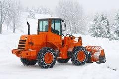 Quitanieves a trabajar borrando la nieve del camino Imagenes de archivo