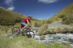 Équitation de cycliste par Rocky Field Photos stock