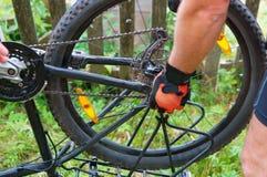 Quite la rueda de bicicleta, para reparar la bici, instale la rueda fotos de archivo